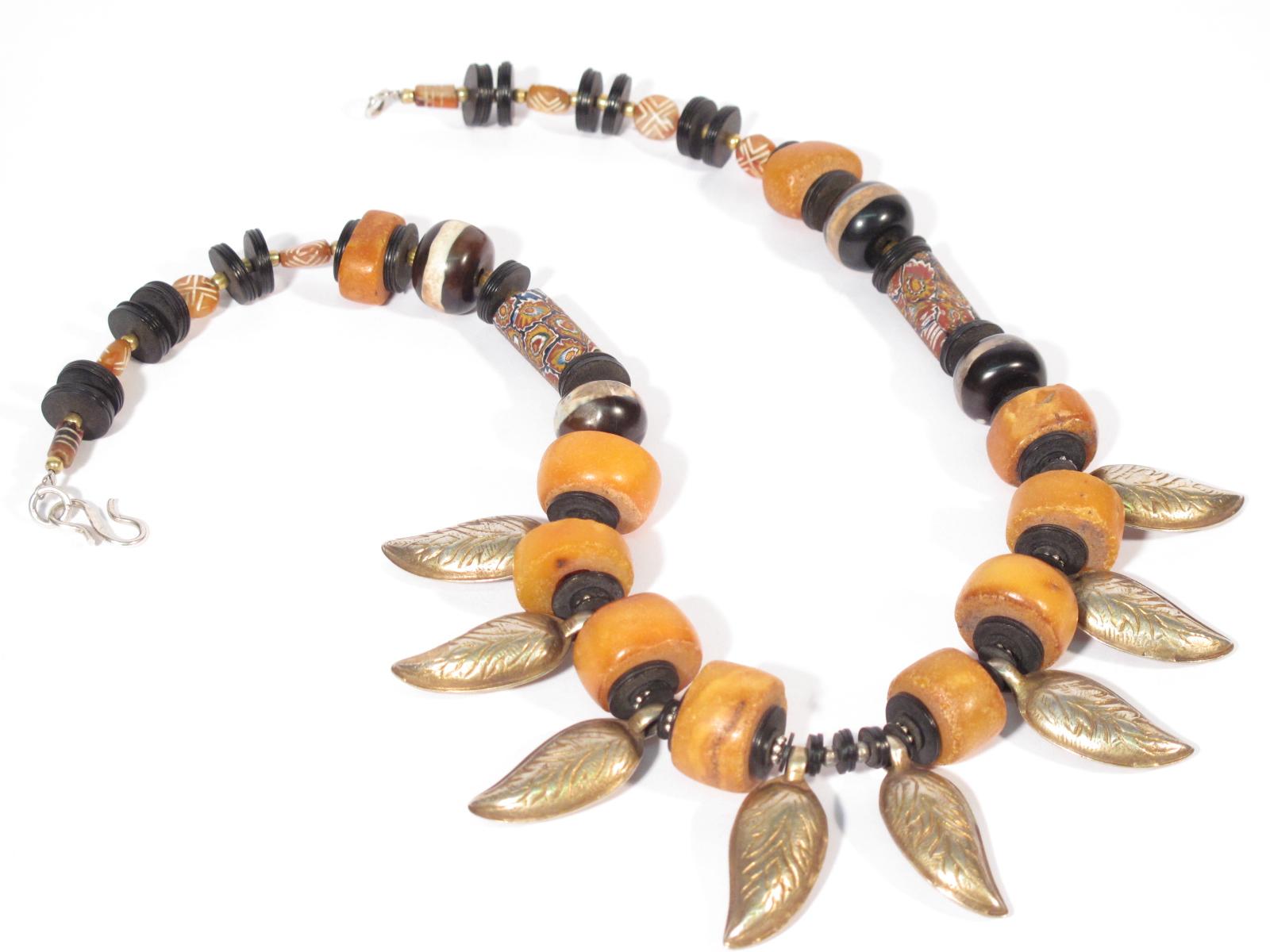 Collana in argento dorato, ambra grezza, agata, murrine e legno