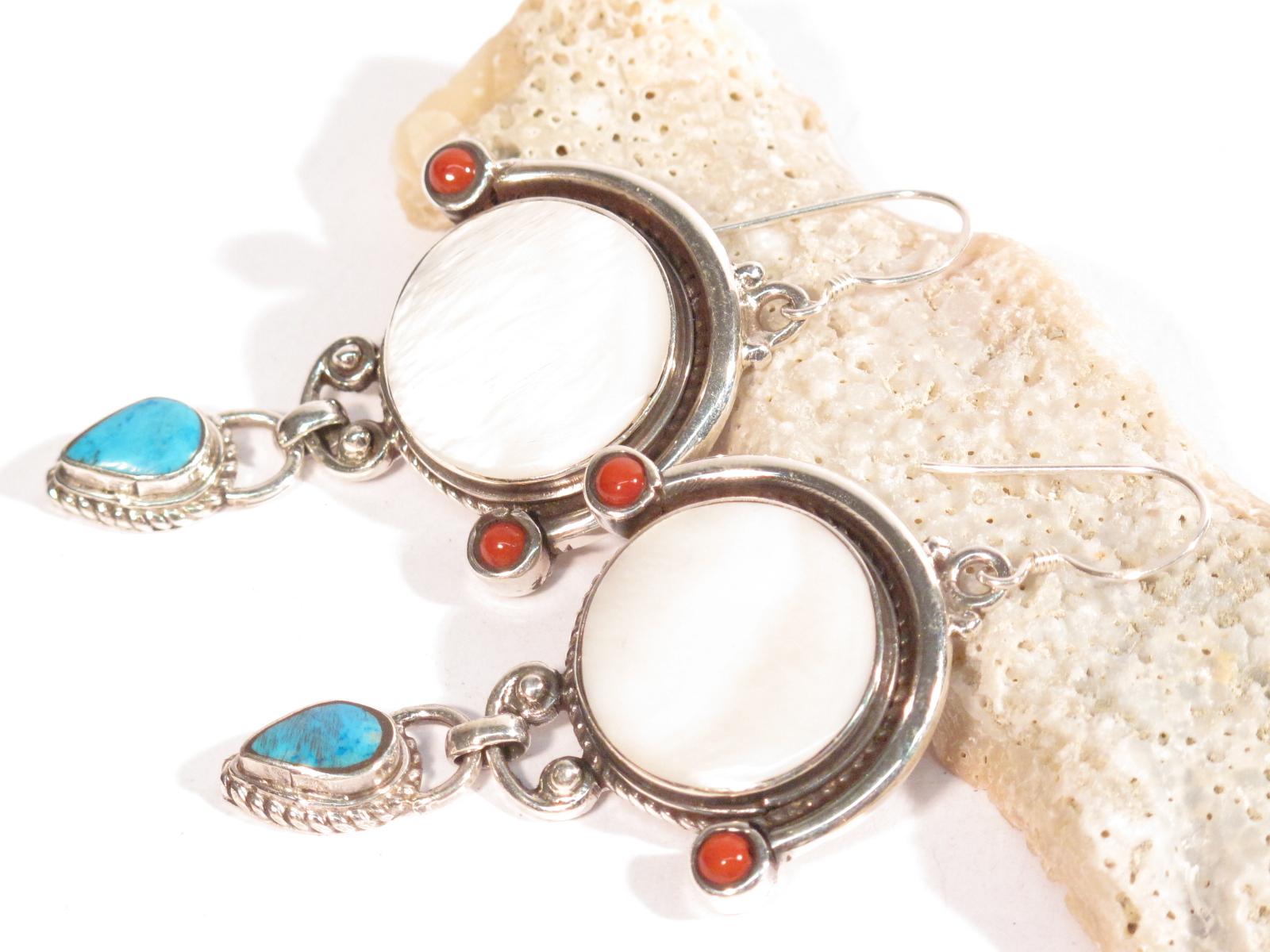 Orecchini in argento, madreperla, turchese e corallo