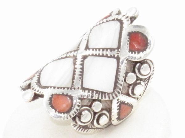 anello Tibetano in argento madreperla e corallo
