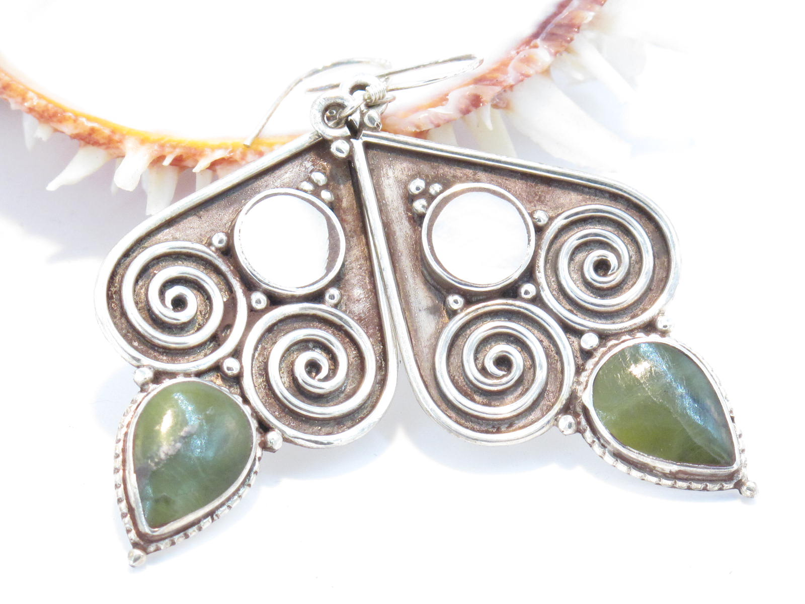 orecchini tibetani in argento madreperla e giada